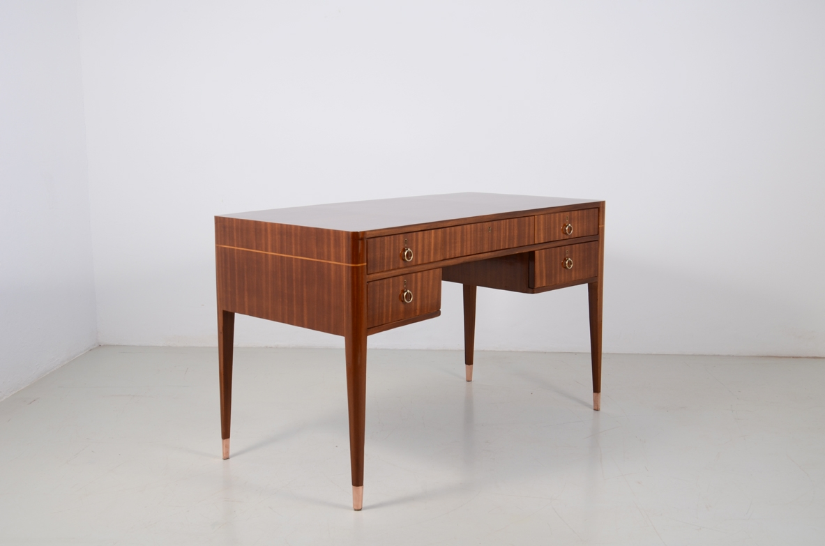 Italian elegant and curved 1950's desk in walnut and maplewood with five drawers and brass tips.